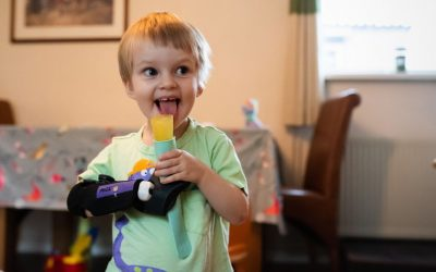 Hero, η 3χρονη  Αγγλιδούλα που δοκιμάζει ένα διαφορετικό προσθετικό χέρι