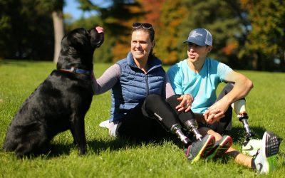 Rescue: ο σκύλος που βοηθά καθημερινά ένα ζευγάρι με τεχνητά κάτω άκρα