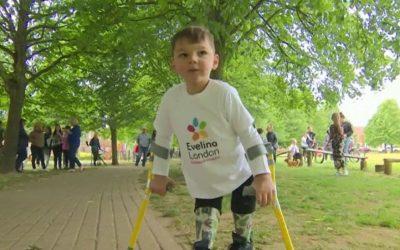 Ο πεντάχρονος Tony περπατά 10 χλμ με προσθετικά κάτω άκρα και συγκεντρώνει 1 εκ.λίρες!