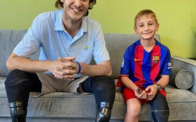 Ο άνθρωπος που βοηθά 80 παιδιά να αποκτήσουν προσθετικά μέλη
